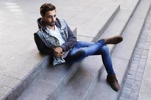 Mann entspannt sich auf Schritt foto