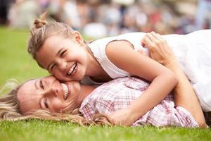 Mutter und Tochter entspannen sich bei Sommerveranstaltung im Freien foto