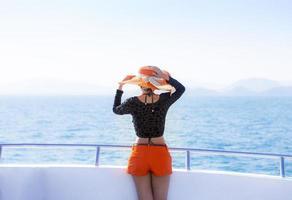 Frau, die sich auf Schnellboot entspannt foto