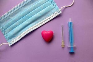 chirurgische Schutzmaske, Spritze und Nadel