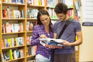 lächelnde Freunde Student lesen Lehrbuch