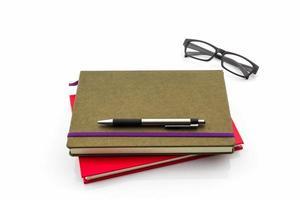 Gruppe von Buch, Stift und Brille.