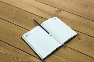 das Buch auf einem Tisch foto