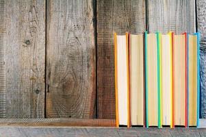 Bücher auf einem Holzregal.
