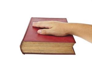 altes Buch mit Brille lokalisiert auf weißem Hintergrund