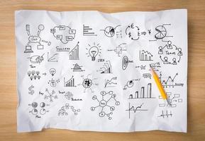 weißes zerknittertes Papier mit Bleistift und Zeichnungsgraph