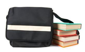 Schulrucksack und Bücher.