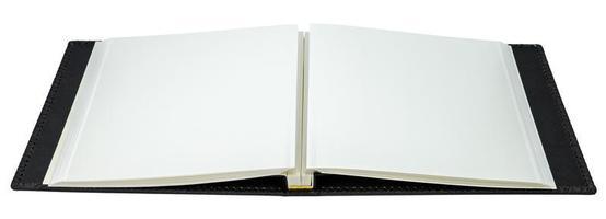geöffnetes Buch mit leeren Seiten auf weißem Hintergrund