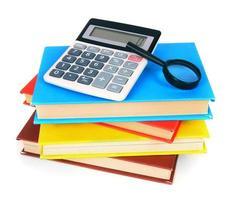 Bücher und Schulgeräte. auf weißem Hintergrund.