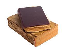 Stapel alter Bücher mit Goldprägung auf weißem Hintergrund