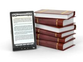 elektronischer Leser und Stapel Bücher. 3d