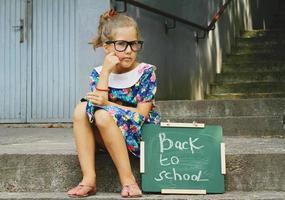 Schulmädchen und Tafel foto