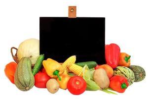 Tafel ist von Gemüse umgeben foto