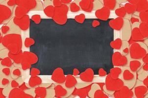 leere Tafel über Valentinstagherzenhintergrund