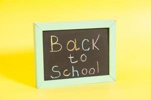 zurück zur Schule auf eine Tafel geschrieben