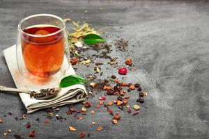 Kräuter- und Masala-Tee auf einer schwarzen Tafel foto