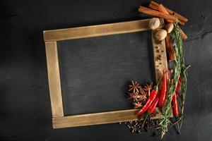 Kräuter und Gewürze mit Kreidetafel für Text oder Rezepte. foto