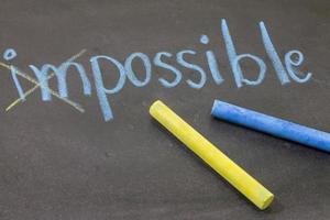 """Handzeichnung mit Kreide """"unmöglich"""" auf Tafelhintergrund"""