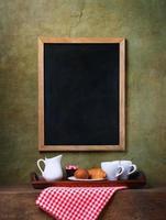 Kreidetafelmenü und Frühstück auf einem Tablett foto