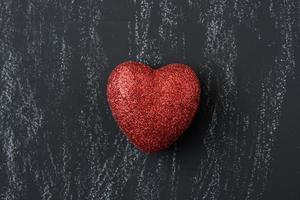 rote Herzen an einer Tafel zum Valentinstag