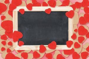 leere Tafel über Valentinstagherzenhintergrund foto
