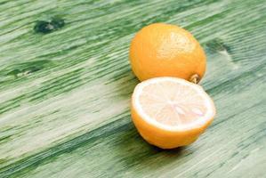 typische gelb geschnittene Zitrone auf einer grünen Tafel foto