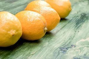 typische gelbe Zitrone auf einem grünen Tafelraum für Text foto