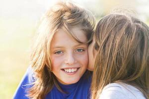 umarme Bruder und Schwester foto