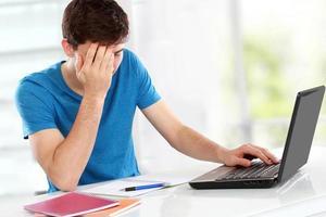 männlicher Student müde vom Lernen foto