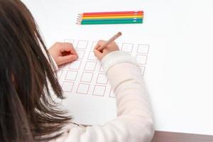 Mädchen, das das Katakana studiert foto