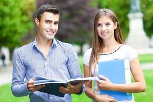 Studenten, die in einem Park studieren foto