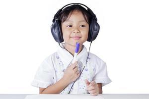 nachdenklicher Schüler, der durch Zuhören lernt foto