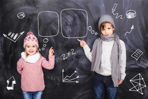 Jungen und Mädchen studieren Mathematik foto
