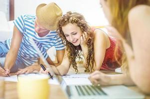 Gruppe junger Studenten, die studieren foto