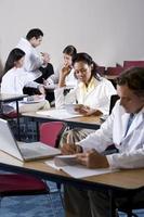 gemischtrassige Medizinstudenten, die im Klassenzimmer studieren foto