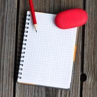 Notizbuch, Bleistift und Radiergummi