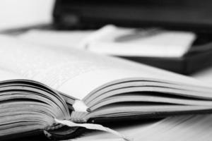 Schwarz-Weiß-Buch mit Bleistift geöffnet. Bildungshintergrund.