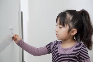 das Mädchen, das in einer weißen Tafel lernt
