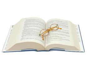 Lesebrille und ein Buch foto