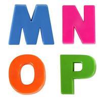 Alphabet geschrieben in mehrfarbigen Plastikkinderbuchstaben foto