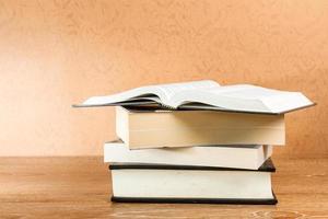 Bücher auf einem Tisch öffnen foto