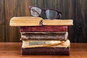 Vintage Lesebrille auf den Büchern