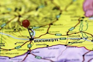 Bucharest auf einer Karte von Europa festgesteckt foto