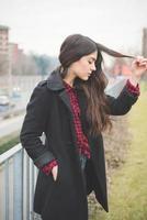 junge schöne langhaarige Modellfrau foto