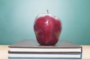 Apfel auf Büchern
