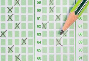 Bleistift auf dem Antwortbogen foto
