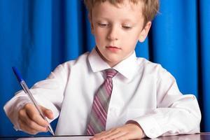 Junge schreibt