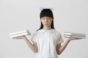 Bücher auf ihrem Kopf foto