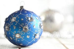 Weihnachtskugel auf silbernem Hintergrund foto