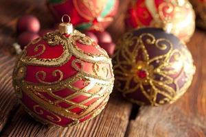 Weihnachtskugeln auf hölzernem Hintergrund foto